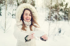 Muchacha que toma el selfie Autorretrato al aire libre de la muchacha de la Navidad Fotografía de archivo libre de regalías