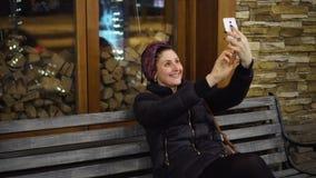 Muchacha que toma el selfie con la sonrisa del smartphone feliz almacen de metraje de vídeo