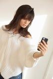 Muchacha que toma el selfie con smartphone Imagenes de archivo