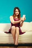 Muchacha que toma el selfie de la imagen del uno mismo con la cámara del smartphone Fotografía de archivo