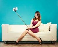 Muchacha que toma el selfie de la imagen del uno mismo con la cámara del smartphone Fotos de archivo