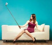 Muchacha que toma el selfie de la imagen del uno mismo con la cámara del smartphone Imagen de archivo libre de regalías