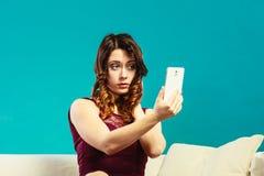 Muchacha que toma el selfie de la imagen del uno mismo con la cámara del smartphone Imagen de archivo