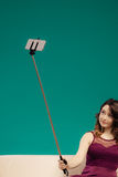 Muchacha que toma el selfie de la imagen del uno mismo con smartphone Fotografía de archivo libre de regalías