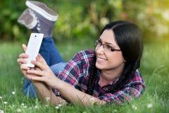 Muchacha que toma el selfie en el parque Imagen de archivo libre de regalías