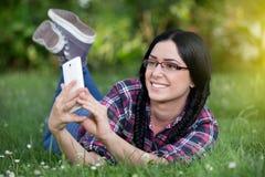 Muchacha que toma el selfie en el parque Fotografía de archivo