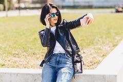 Muchacha que toma el selfie en el teléfono y la sonrisa Foto de archivo