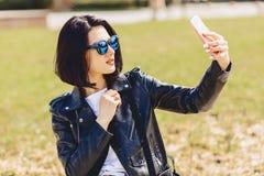 Muchacha que toma el selfie en el teléfono y la sonrisa Fotos de archivo