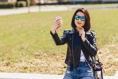 Muchacha que toma el selfie en el teléfono y la sonrisa Fotos de archivo libres de regalías