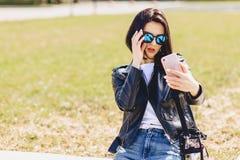 Muchacha que toma el selfie en el teléfono y la sonrisa Fotografía de archivo libre de regalías