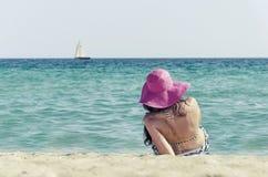 Muchacha que toma el sol en la playa Fotos de archivo