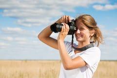 Muchacha que toma la foto Imagen de archivo libre de regalías