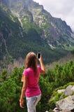 Muchacha que toma la foto con el teléfono móvil Foto de archivo libre de regalías