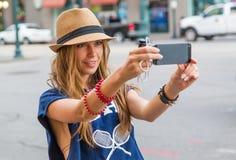 Muchacha que toma la foto con el teléfono móvil Foto de archivo