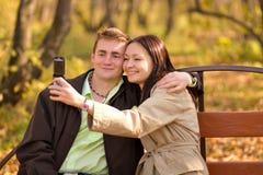 Muchacha que toma la foto con el teléfono móvil Imagenes de archivo