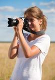 Muchacha que toma la foto con la cámara Fotos de archivo