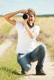 Muchacha que toma la foto con la cámara Imágenes de archivo libres de regalías