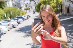 Muchacha que toma la foto con smartphone Imágenes de archivo libres de regalías