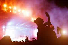 Muchacha que toma la foto del concierto en el festival Fotografía de archivo