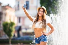 Muchacha que toma la foto del selfie Foto de archivo libre de regalías