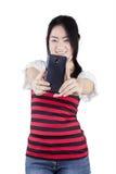 Muchacha que toma la foto del uno mismo en estudio Fotos de archivo libres de regalías
