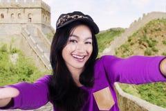 Muchacha que toma la foto en la Gran Muralla de China Imagenes de archivo