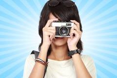 Muchacha que toma la imagen con la cámara del vintage Fotografía de archivo