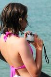 Muchacha que toma las fotos por la playa Fotos de archivo