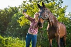 Muchacha que toma un selfie Fotos de archivo libres de regalías