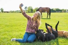 Muchacha que toma un selfie Imagen de archivo