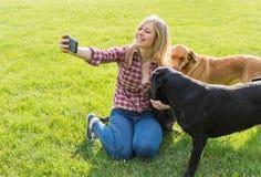 Muchacha que toma un selfie Fotografía de archivo