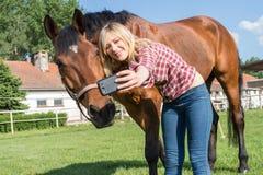 Muchacha que toma un selfie Imagenes de archivo