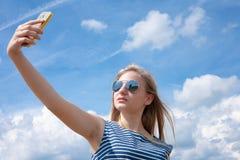 Muchacha que toma un selfie Foto de archivo libre de regalías