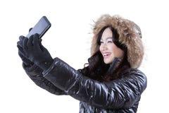 Muchacha que toma un selfie con su móvil Fotos de archivo libres de regalías