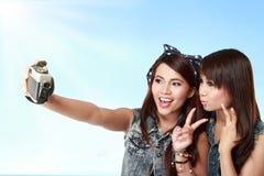 Muchacha que toma a un uno mismo tirado con el teléfono Fotografía de archivo