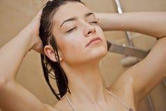 Muchacha que toma una ducha Fotos de archivo libres de regalías