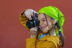 Muchacha que toma una foto Imagenes de archivo