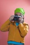 Muchacha que toma una foto Foto de archivo libre de regalías