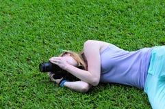 Muchacha que toma una foto Foto de archivo