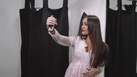 Muchacha que toma una foto con sus compras en alameda de compras Morenita árabe atractiva en alameda almacen de metraje de vídeo