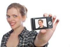 Muchacha que toma una foto de se con una cámara del digi Fotografía de archivo libre de regalías