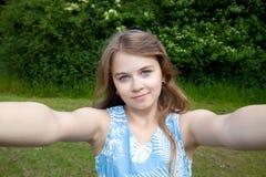 Muchacha que toma una imagen del selfie Imagenes de archivo