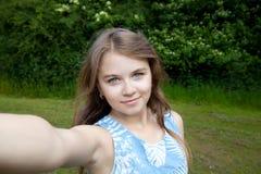 Muchacha que toma una imagen del selfie Fotos de archivo