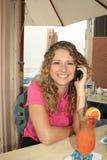 Muchacha que toma una llamada en su teléfono móvil Fotos de archivo libres de regalías