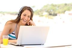 Muchacha que toma una videoconferencia el vacaciones de verano Fotografía de archivo