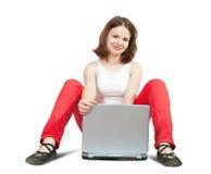 Muchacha que trabaja con la computadora portátil Fotografía de archivo libre de regalías