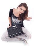 Muchacha que trabaja con la computadora portátil. Imagen de archivo