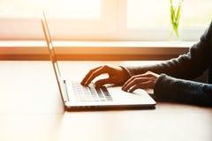 Muchacha que trabaja con la computadora portátil Fotografía de archivo