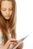 Muchacha que trabaja con la tableta portátil Fotos de archivo