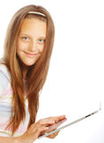 Muchacha que trabaja con la tableta portátil Fotografía de archivo